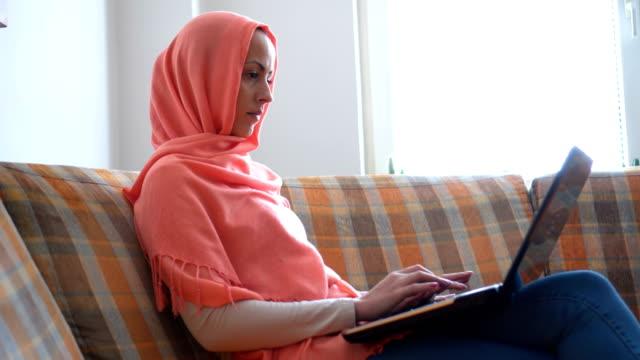 Die muslimische Frau zu Hause im Internet surfen – Video