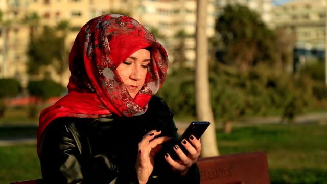 muslimsk kvinna med smart phone - hijab bildbanksvideor och videomaterial från bakom kulisserna