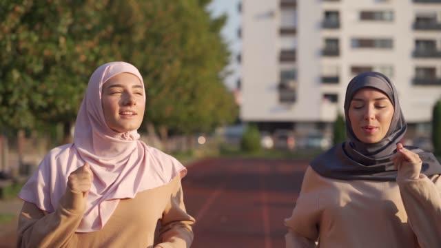 muslimska kvinnor joggar på löparbanan - hijab bildbanksvideor och videomaterial från bakom kulisserna
