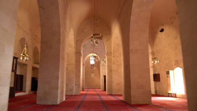 muslimer ber insidan av mardin ulu moskén (grand mosque) - staden mardin, i mellanöstern i mesopotamien - 4k - moské bildbanksvideor och videomaterial från bakom kulisserna
