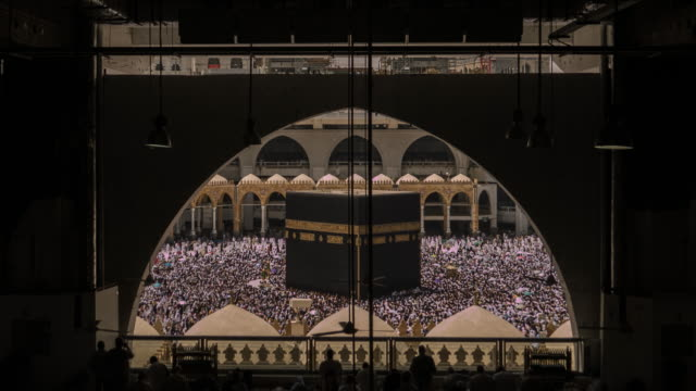 vídeos y material grabado en eventos de stock de oración de los musulmanes en la mezquita más grande del mundo - eid mubarak