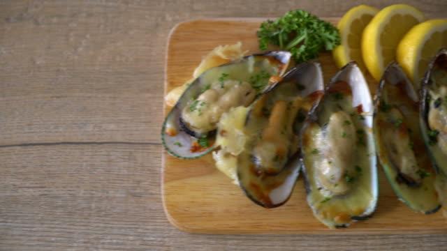vidéos et rushes de moules gratinées au fromage - bivalve
