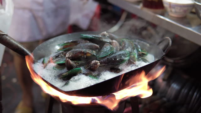 mussels are cooked with white wine in a pot. - tajska kuchnia filmów i materiałów b-roll