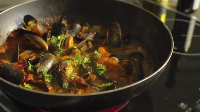 vídeos y material grabado en eventos de stock de mejillones en una sartén. - comida gourmet