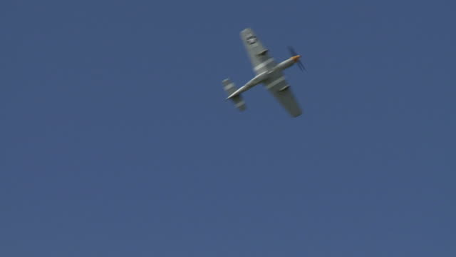 p - 51 mustang 24_2 due clip - mustang video stock e b–roll