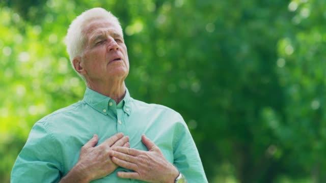 vídeos de stock e filmes b-roll de my body is not as healthy as it once was - ataque cardíaco