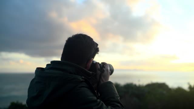 vídeos de stock, filmes e b-roll de minha câmera snaps a beleza da natureza perfeitamente - temas fotográficos