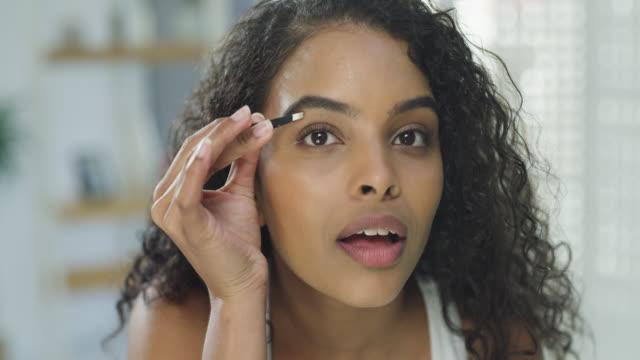 vídeos de stock e filmes b-roll de my eyebrows are always on fleek - puxar cabelos