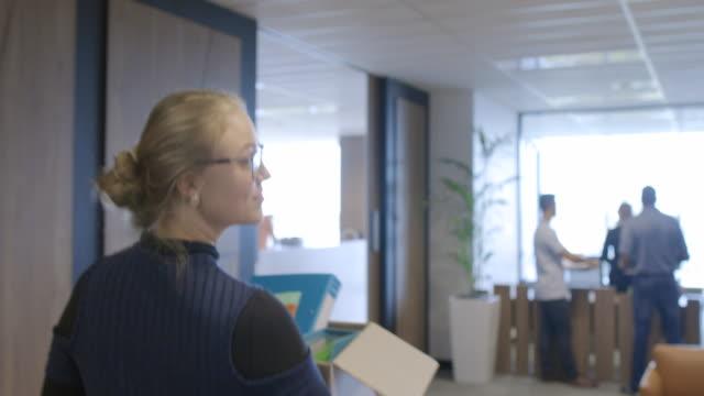 vídeos de stock e filmes b-roll de my first day at work - new