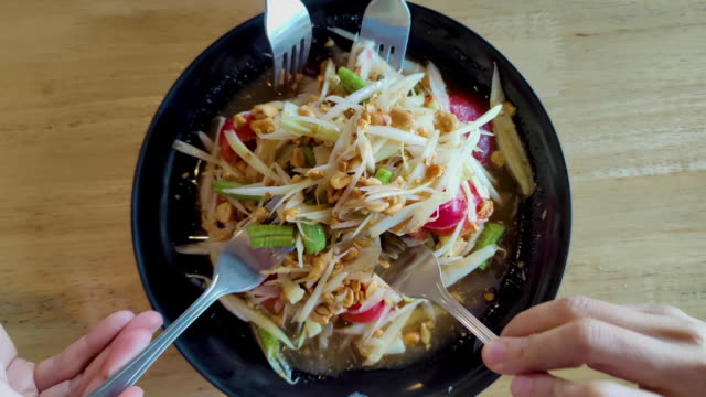 vídeos de stock, filmes e b-roll de meus amigos e eu comemos uma salada de mamão no restaurante. - vegetarian meal