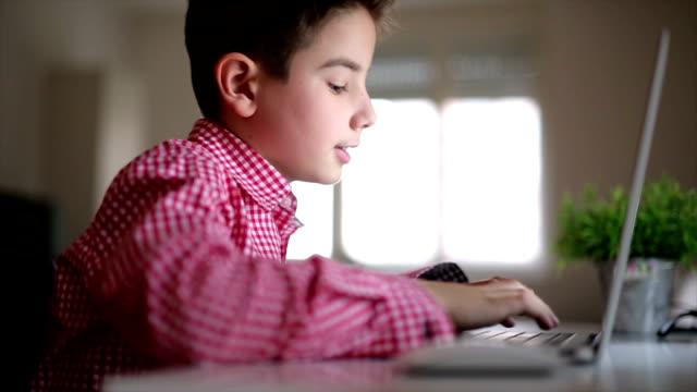 stockvideo's en b-roll-footage met mijn huiswerk op de laptop - schooljongen