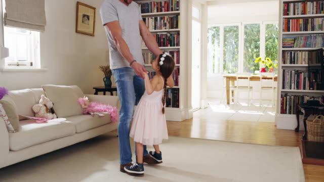 vídeos de stock, filmes e b-roll de minha princesinha é aprender a dançar - pai e filha