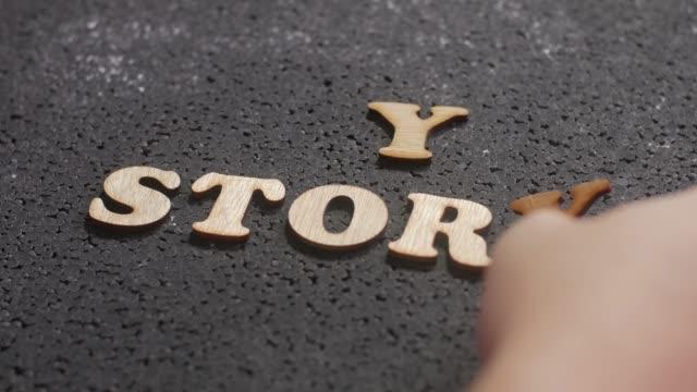 vidéos et rushes de my story, des citations inspirantes de motivation d'affaires, l'homme arrange des mots en bois typographie lettrage - conseiller(ère) pédagogique