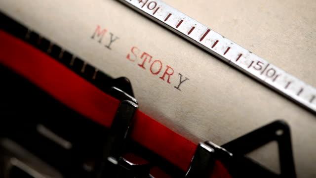 meine geschichte - eingabe mit einer retro-stil-schreibmaschine - storytelling videos stock-videos und b-roll-filmmaterial