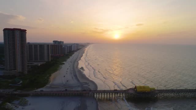 stockvideo's en b-roll-footage met myrtle beach, south carolina, verenigde staten drone skyline antenne - pier
