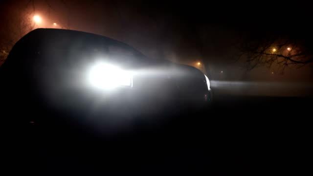 stockvideo's en b-roll-footage met mysterieuze auto in het bos, horror scene - mist donker auto