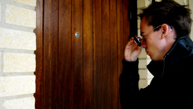 vídeos de stock e filmes b-roll de misterioso homem-bater à porta a porta - door knock