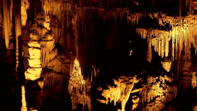 загадочного сталактит пещера - кристалл стоковые видео и кадры b-roll