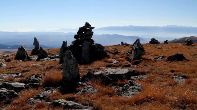 神秘的な石、山のピーク - 家系図点の映像素材/bロール