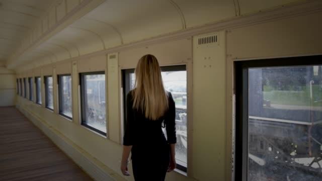misteriosa giovane donna che cammina in abandon treno - rivoluzione industriale video stock e b–roll