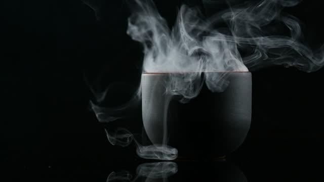 mystische Rauch von Tassen auf einem schwarzen Hintergrund – Video