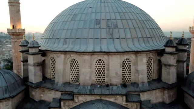 vídeos y material grabado en eventos de stock de mezquita mística fatih desde el cielo, vista aérea de la ciudad de estambul, cuerno de oro, turquía - distrito eminonu