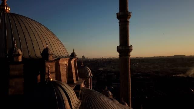 vídeos y material grabado en eventos de stock de mezquita de la míticera fatih desde el cielo, vista aérea de la ciudad de estambul, cuerno de oro, turquía - distrito eminonu