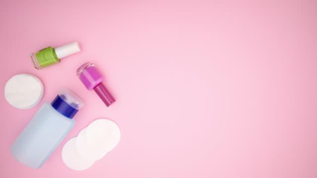 nagel- och manikyrtillbehör och verktyg som fyller rosa bakgrund - stoppa rörelse - nagellack bildbanksvideor och videomaterial från bakom kulisserna