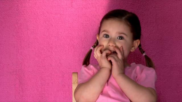 爪を噛む(hd 、ntsc - 4歳から5歳点の映像素材/bロール