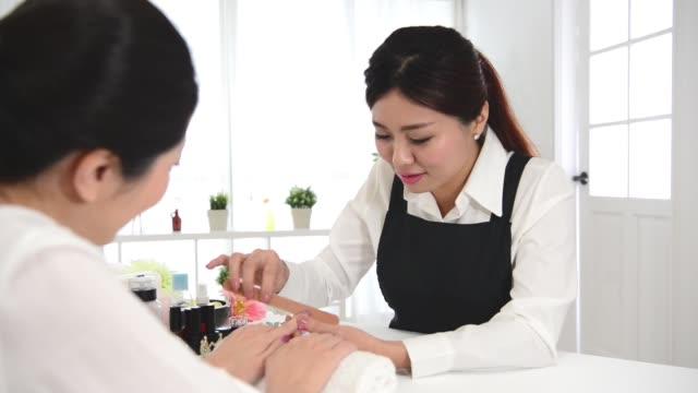 nail filing selective focus of nail salon - ноготь на руке стоковые видео и кадры b-roll