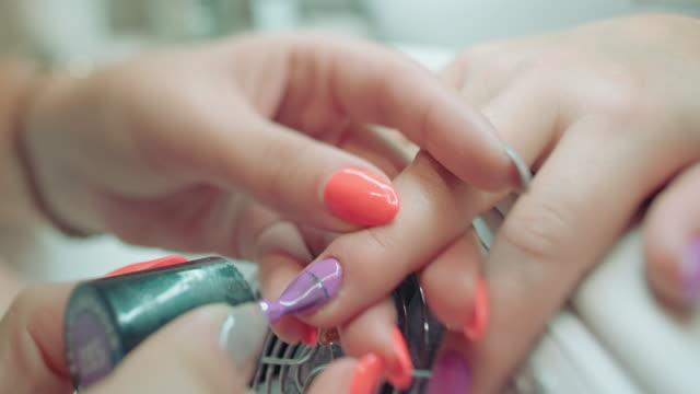 лак для ногтей пальцев рук рисования's клиента специалист - ноготь на руке стоковые видео и кадры b-roll