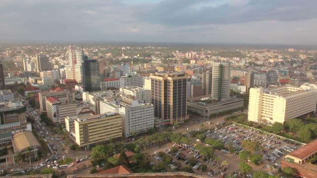vídeos de stock e filmes b-roll de nairobi cidade skyline pan - quénia