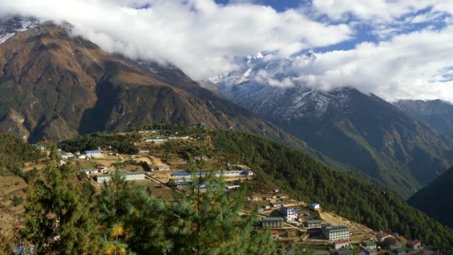 ヒマラヤ山脈、ネパール、ナムチェ バザール村。エベレストのベース キャンプは、サガルマータ国立公園内をトレッキングします。4 k uhd - ネパール点の映像素材/bロール