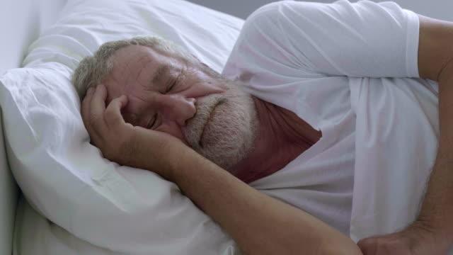tupplur - medelålders män bildbanksvideor och videomaterial från bakom kulisserna