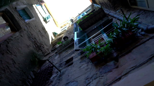 vídeos y material grabado en eventos de stock de una estrecha calle peatonal con en el casco antiguo de europa - estrecho