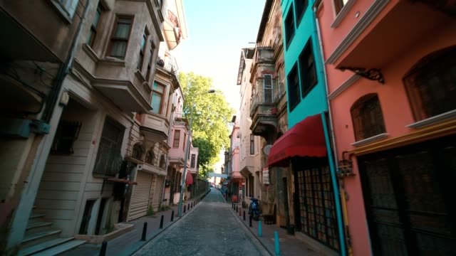 vídeos de stock e filmes b-roll de narrow streets of old istanbul, colorful wooden old houses - isolated house, exterior