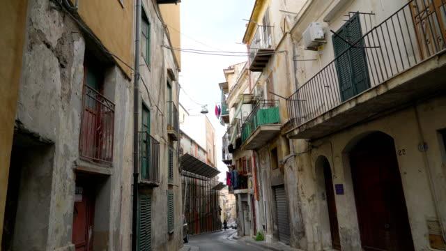 narrow streets of palermo sicily italy - palermo città video stock e b–roll