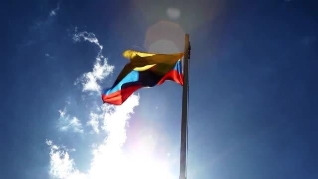 vídeos de stock, filmes e b-roll de bandeira nacional da colômbia em um mastro de bandeira - clipe