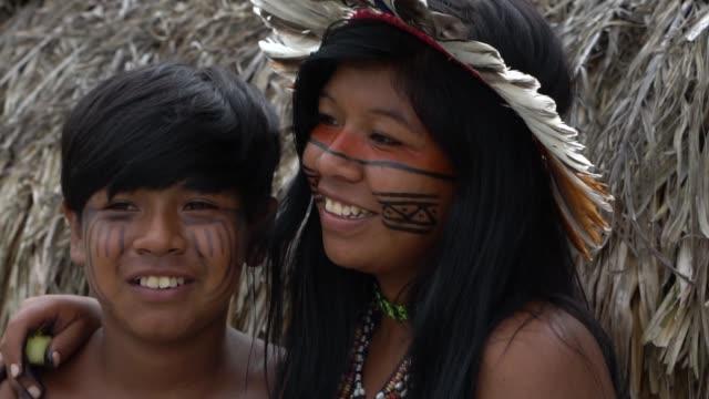 ブラジルのネイティブのブラジル先住民の家族 - 兄弟点の映像素材/bロール