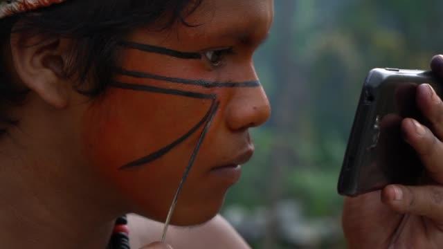 einheimischen brasilianischen indigenen gemälde gesicht, brasilien - brasilianische kultur stock-videos und b-roll-filmmaterial