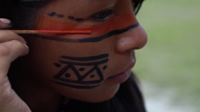 native indigene brasilianerin malerei gesicht, brasilien - stamm stock-videos und b-roll-filmmaterial