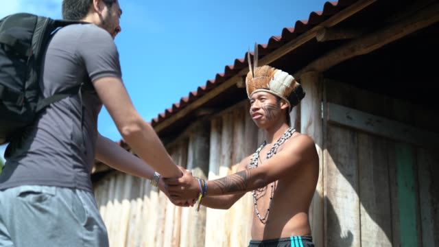 native brazilian powitanie turysty na brazylijskie plemię tubylcze, z guarani etnicznej - turysta filmów i materiałów b-roll