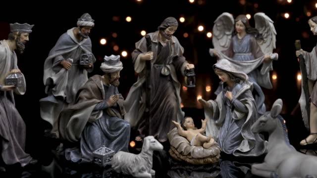 vidéos et rushes de crèche figures scène mangeoire de noël avec des lumières - creche