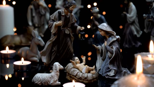 vídeos de stock e filmes b-roll de nativity scene christmas manger with candles lights - reis magos