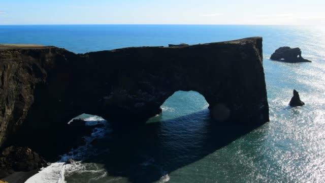 vídeos de stock, filmes e b-roll de arco natural da península dyrholaey - islândia - erodido