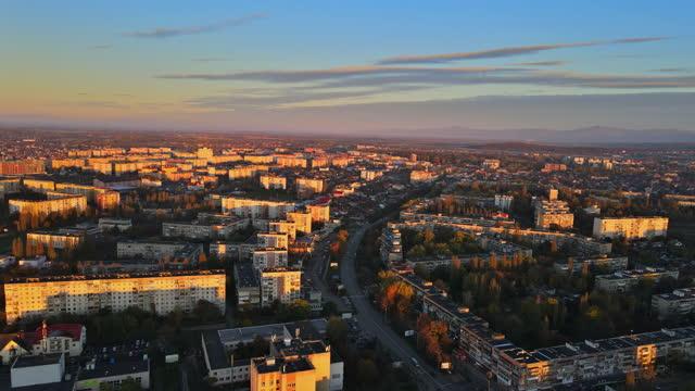 paesaggio autunnale naturale del nebbioso durante la vista dell'alba nella zona residenziale sulla città vecchia di uzhhorod zakarpattya ucraina - transcarpazia video stock e b–roll