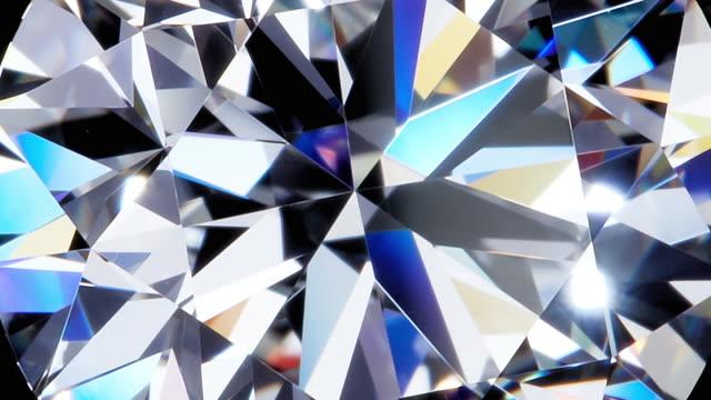 grande diamante rotondo naturale su sfondo nero - brillante video stock e b–roll