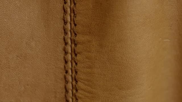 stockvideo's en b-roll-footage met natuurlijk bruin leder textuur achtergrond. abstracte vintage koe huid achtergrond ontwerp. - dierenhuid huid
