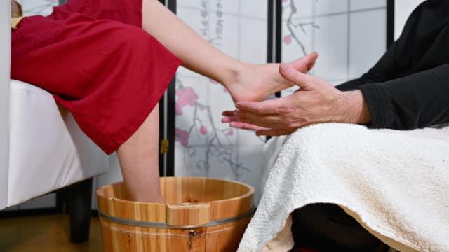 medycyna naturalna, refleksologia akupresury masaż stóp. - pedicure filmów i materiałów b-roll
