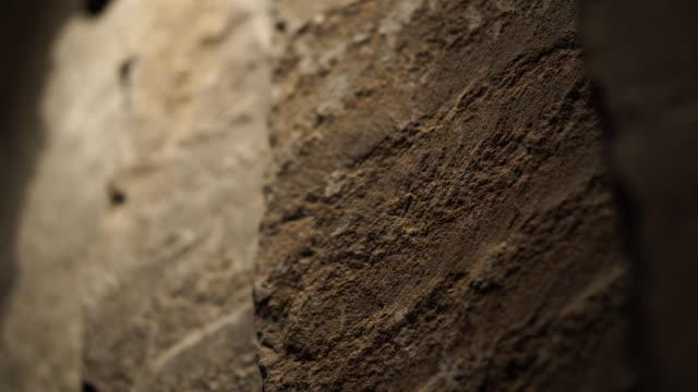 照明の生のロフトスタイルの材料と天然岩石の壁 - 石垣点の映像素材/bロール
